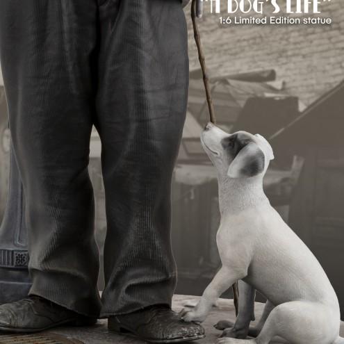 Statua in resina di Charlie Chaplin e il cucciolo randagio
