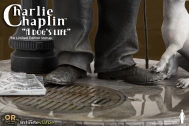 Scultura di Charlie Chaplin A Dog's Life dettaglio tombino