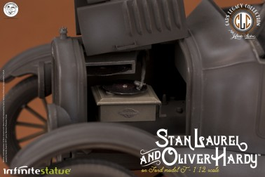 Laurel & Hardy on Ford Model T 1:12 scale resin statue - 16
